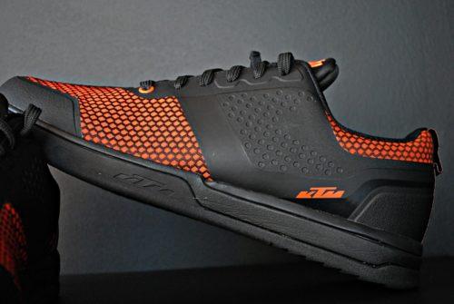 zdjęcia produktowe butów enduro od ktm